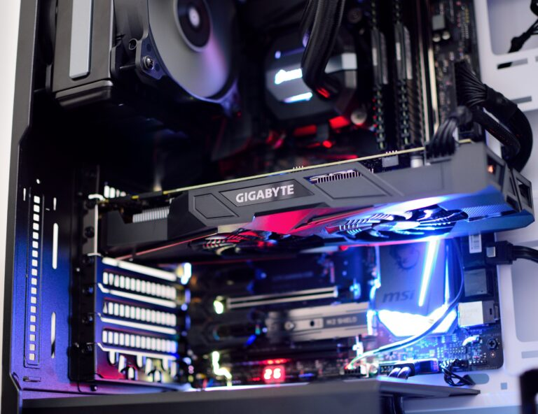 Ein offenes, beleuchtetes PC-Gehäuse ist zu sehen, darin auch eine Gaming Grafikkarte