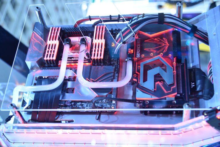 Ein PC sitzt in einem Glasgehäuse und man sieht die einzelnen Komponenten, u.a. die Wasserkühlung
