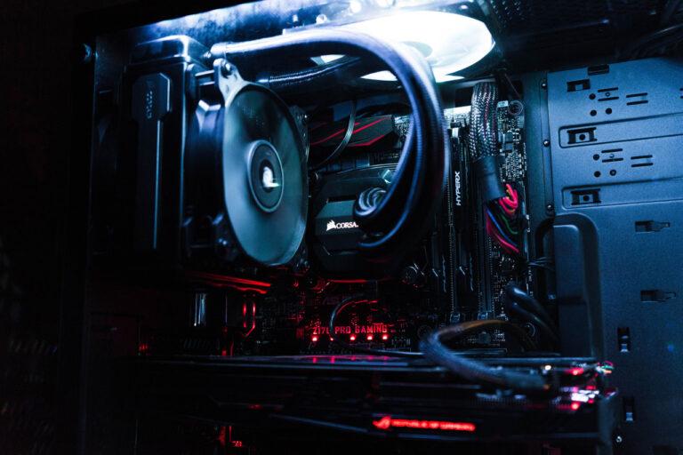In einem Gehäuse wurde eine PC-Wasserkühlung verbaut. Man sieht die Schläuche und den Lüfter.