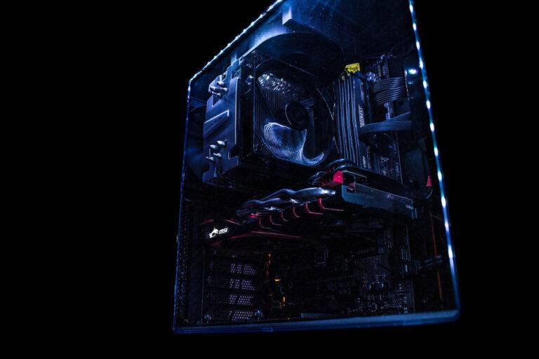 Ein durch Case Modding beleuchtetes PC-Gehäuse vor einem schwarzen Hintergrund