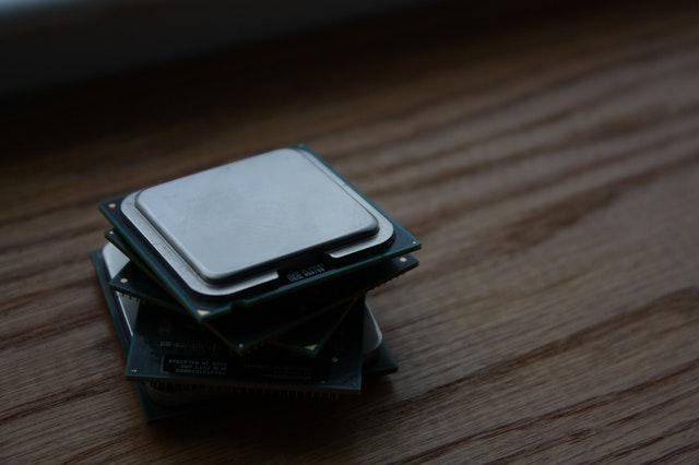 Ein Stapel aus Gaming-CPUs liegt auf einem Holzuntergrund