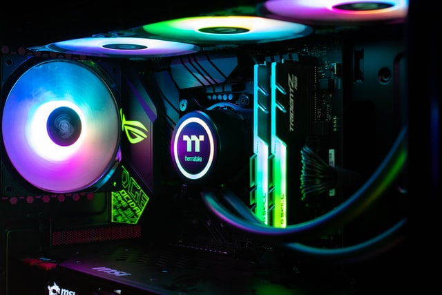 Das Innere eines Rechners wird von bunten LEDs an den Gehäuselüftern beleuchtet.