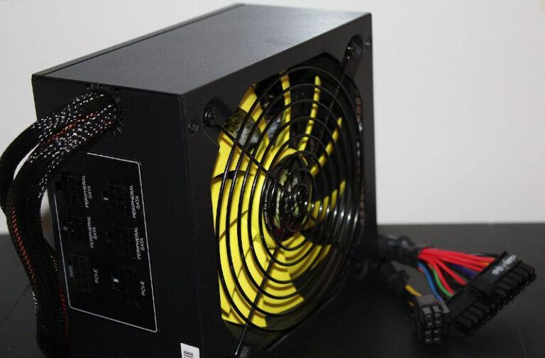Ein schwarz-gelbes Netzteil steht vor einem weißen Hintergrund