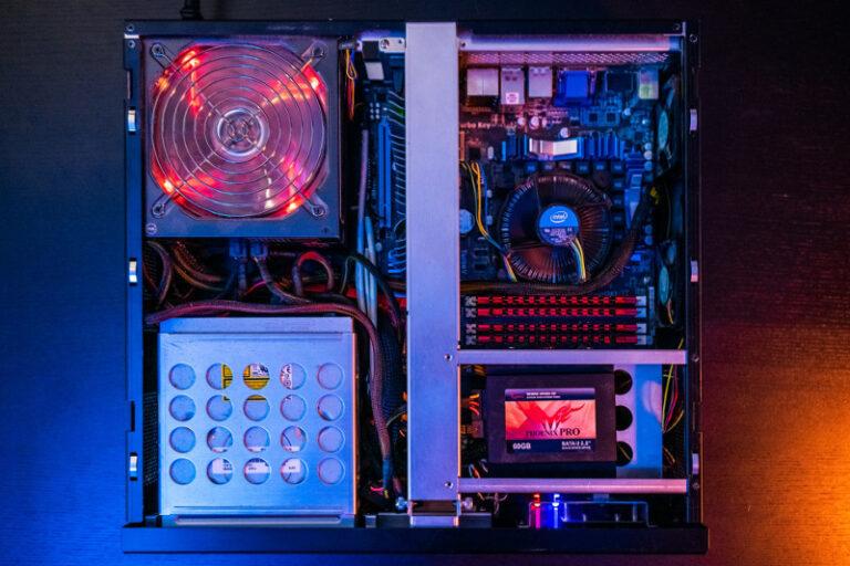 Ein geöffnetes PC-Gehäuse, in dem man die verschiedenen Komponenten erkennen kann