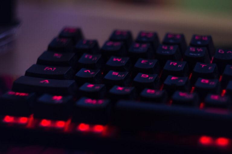 Eine rot beleuchtete, mechanische Gaming Tastatur ist zu sehen
