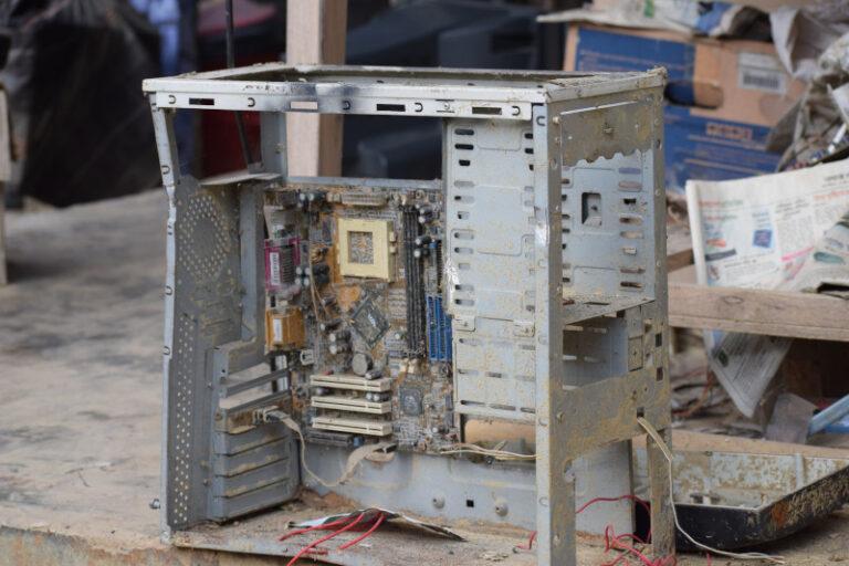 Das Gerüst eines silbernen Tower-PCs ist komplett eingestaubt